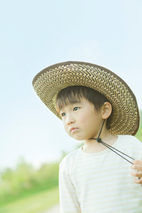 麦わら帽子をかぶった男の子の写真素材 [FYI03018743]