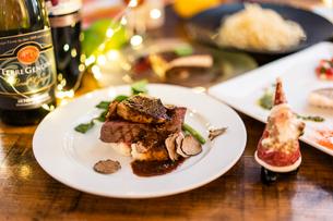 クリスマスパーティの食事風景の写真素材 [FYI03018744]