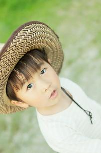 麦わら帽子をかぶった男の子の写真素材 [FYI03018748]