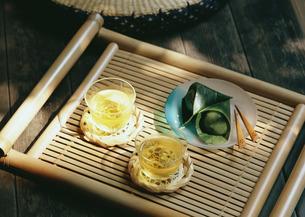 冷茶と和菓子の写真素材 [FYI03024029]