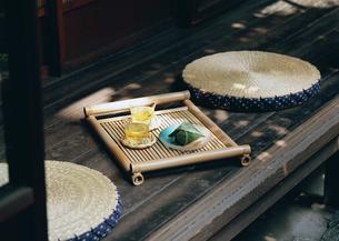 冷茶と和菓子の写真素材 [FYI03024031]