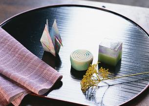 和菓子と折鶴の写真素材 [FYI03024039]