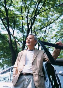車と男性の写真素材 [FYI03024801]