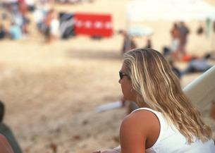 砂浜の女性の写真素材 [FYI03025120]