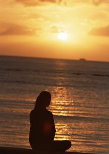 女性と海の写真素材 [FYI03025251]