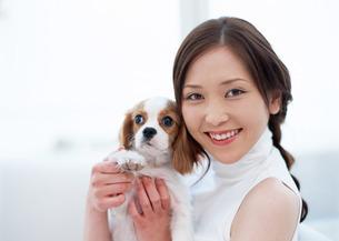 イヌと女性の写真素材 [FYI03025301]