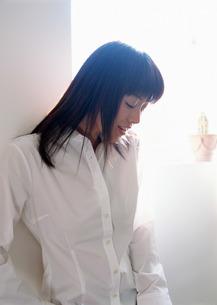 うつむく女性の写真素材 [FYI03025454]