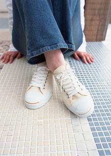 女性の足元の写真素材 [FYI03025479]