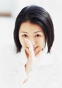 口に手をあてる女性の写真素材 [FYI03025663]