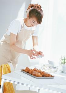 料理シーンの写真素材 [FYI03025702]