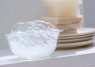 食器とスポンジの写真素材 [FYI03025814]