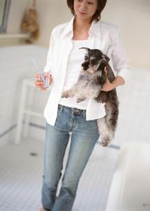 女性とイヌの写真素材 [FYI03026117]