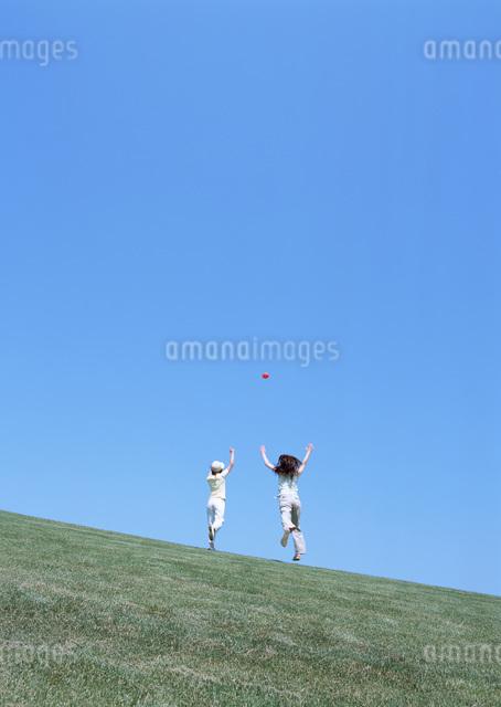 草原の女性の写真素材 [FYI03027271]