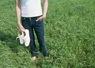 草原の女性の写真素材 [FYI03027275]