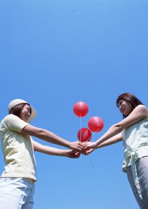 風船と女性の写真素材 [FYI03027276]