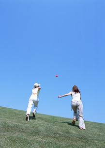 草原の女性の写真素材 [FYI03027284]