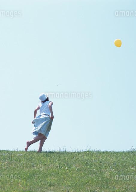草原の女性の写真素材 [FYI03027299]