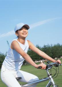 サイクリングをする女性の写真素材 [FYI03027303]