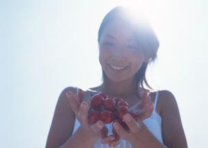 ミニトマトと女性の写真素材 [FYI03027367]