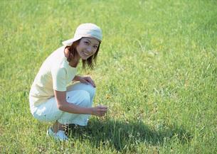 草原の女性の写真素材 [FYI03027389]