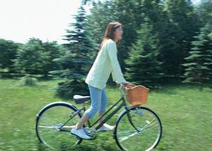 サイクリングをする女性の写真素材 [FYI03027415]
