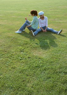 草原の女性の写真素材 [FYI03027429]