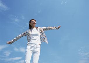 女性と青空の写真素材 [FYI03027476]