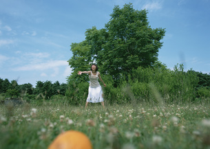 草原の女性の写真素材 [FYI03027489]