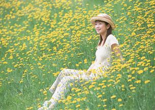 花畑の女性の写真素材 [FYI03027505]