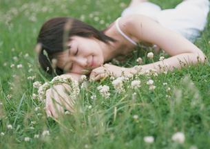 草原の女性の写真素材 [FYI03027544]