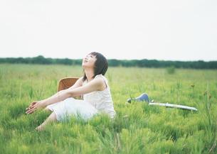 草原の女性の写真素材 [FYI03027589]