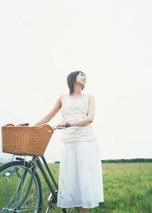 自転車と女性の写真素材 [FYI03027598]