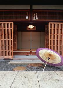 番傘と玄関の写真素材 [FYI03027654]