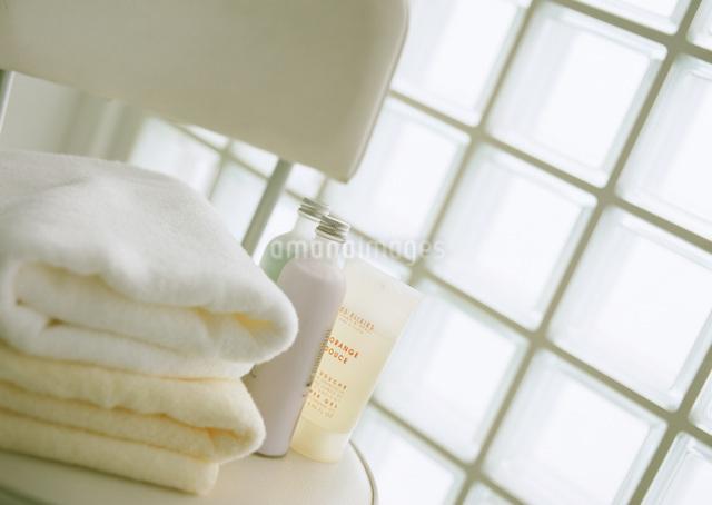 タオルとボディー用化粧品の写真素材 [FYI03028137]