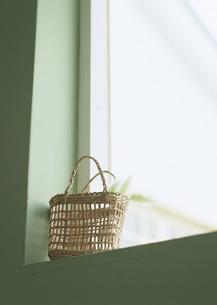 窓辺の籐バッグの写真素材 [FYI03028167]