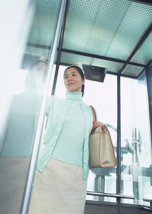 エレベーターに乗る女性の写真素材 [FYI03028314]