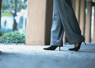 女性の足元の写真素材 [FYI03028320]