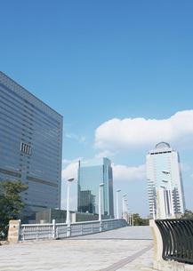 歩道橋と高層ビルの写真素材 [FYI03028332]