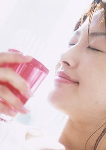 ジュースを飲む女性の写真素材 [FYI03028603]