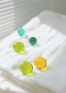 入浴剤とタオルの写真素材 [FYI03028634]