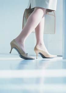 女性の足元の写真素材 [FYI03028663]
