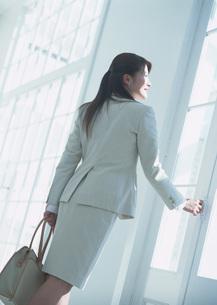 出勤する女性の写真素材 [FYI03028677]