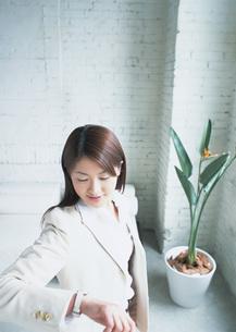 出勤前の女性の写真素材 [FYI03028679]