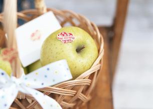 青リンゴの入った籠の写真素材 [FYI03028912]