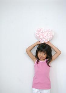 ハートの花を持つ女の子の写真素材 [FYI03028952]