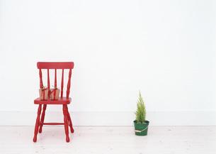 椅子の上のギフトボックスと鉢植えの写真素材 [FYI03028981]