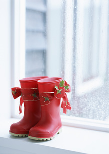 窓辺の長靴の写真素材 [FYI03028982]