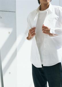 シャツを着る男性の写真素材 [FYI03029101]