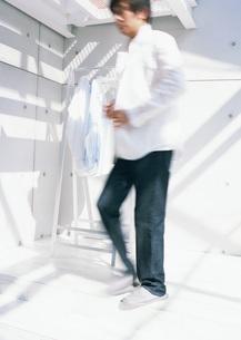 シャツを着る男性の写真素材 [FYI03029113]