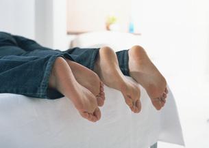裸足の二人の写真素材 [FYI03029144]